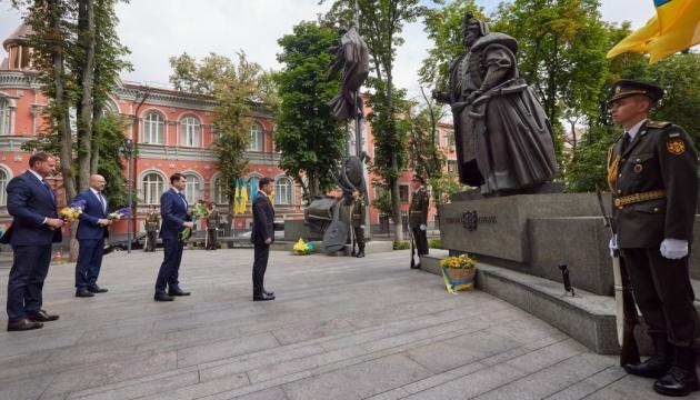Президент поклав квіти до монумента Пилипу Орлику у Києві