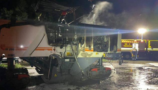 В Николаеве вандалы подожгли технику, ремонтирующую мост
