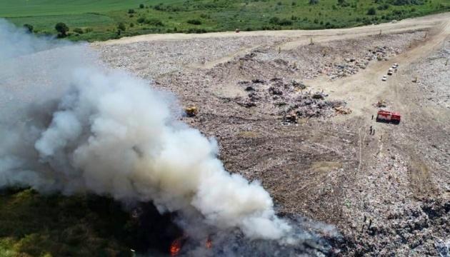 Під Тернополем горить велике сміттєзвалище