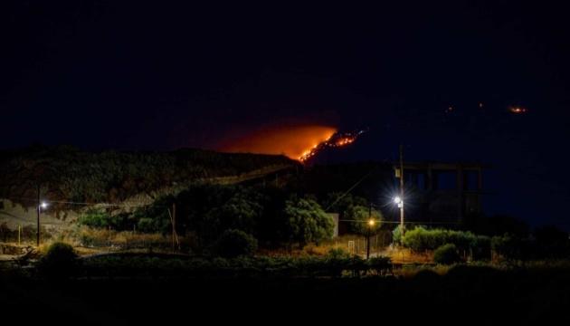 На Криті спалахнула масштабна лісова пожежа