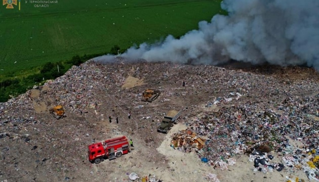 Під Тернополем другу добу горить велике сміттєзвалище