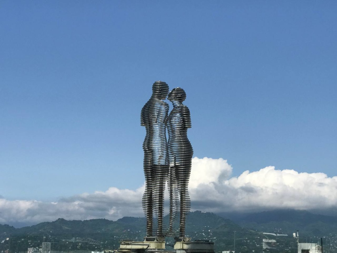 Статуї закоханих Алі та Ніно