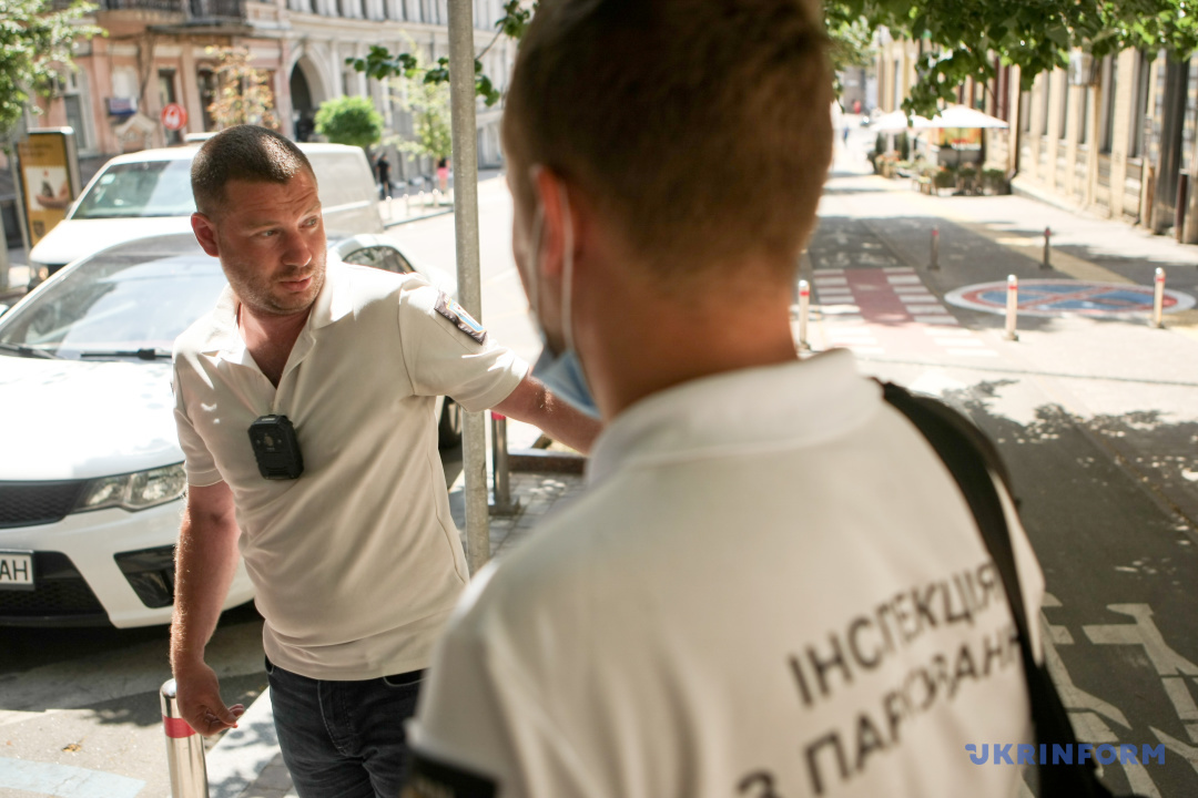 Інспектори з паркування Сергій та Едуард