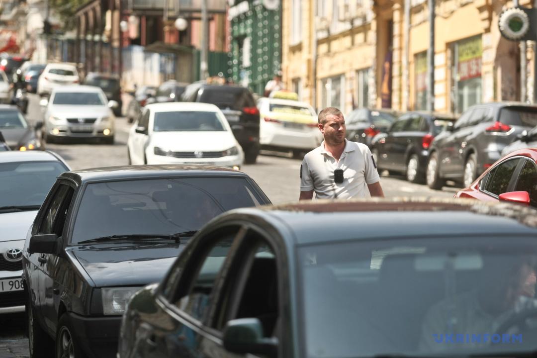 Інспектор ввічливо просить водіїв забрати транспортні засоби