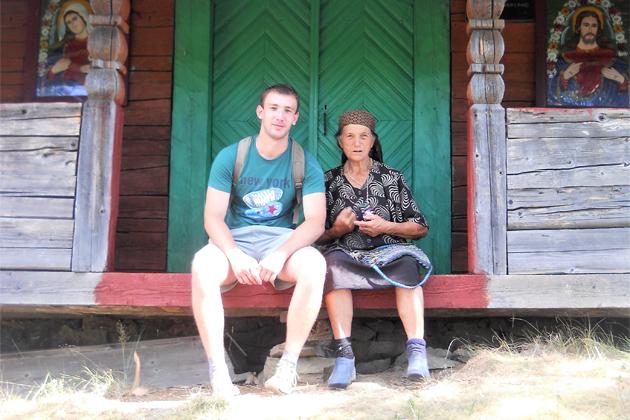 Михайло Маркович і Ганна Бряник (німа) біля церкви в Кужбеях