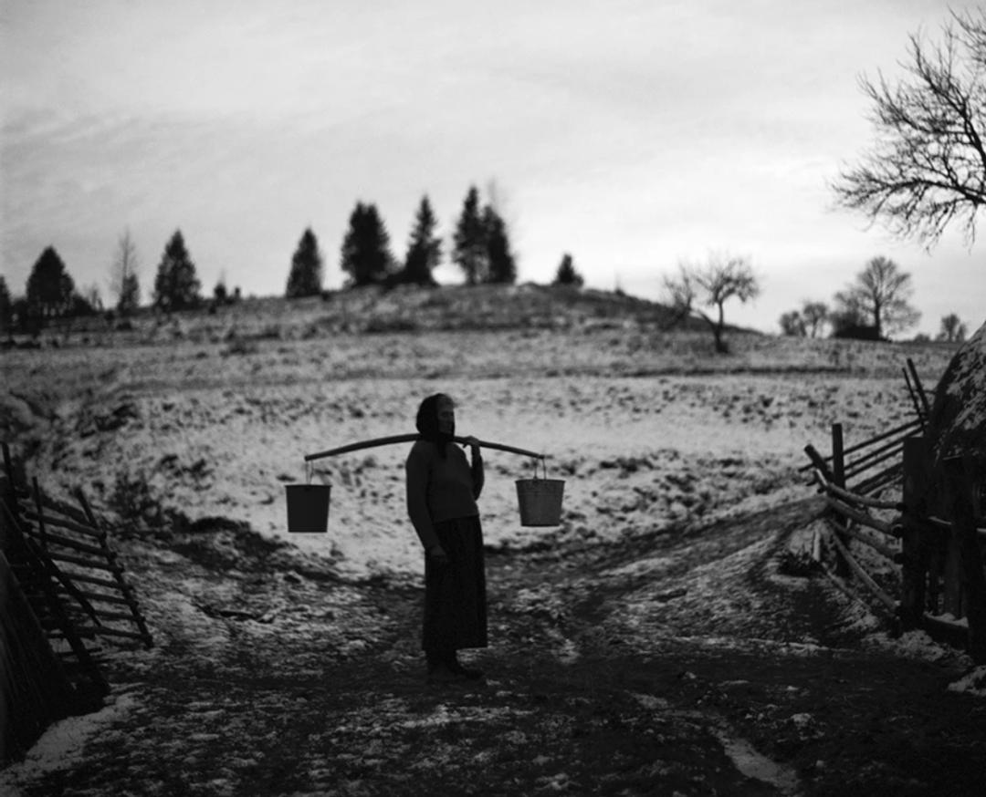 Ганна Бряник з коромислом. Кужбеї, 2008 рік / Фото Андрія Ленкевича