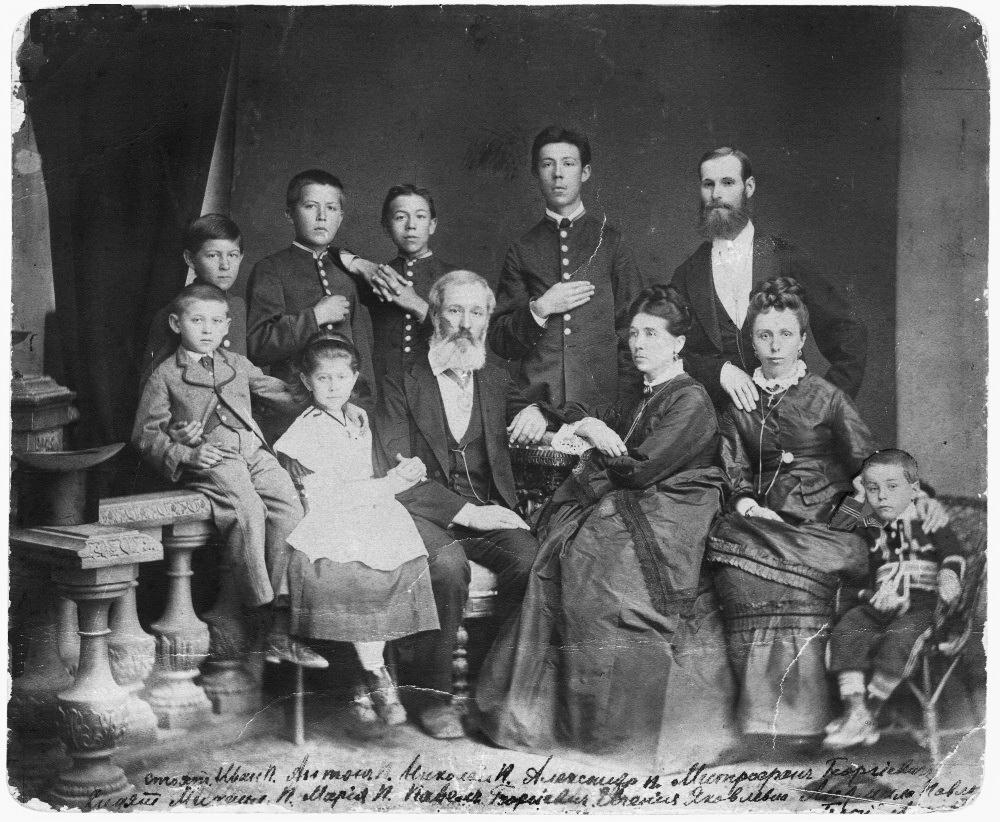 Антон Чехов у колі рідні, стоїть - другий ліворуч