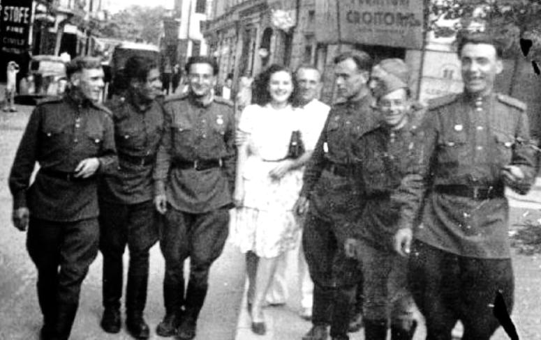 Петро і Віра Лещенко із радянськими офіцерами, Бухарест, 1944 р. 2