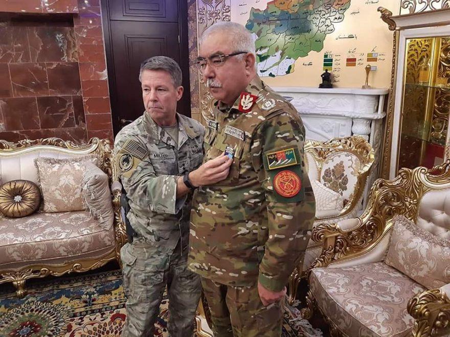 Командувач американськими військами в Афганістані генерал Мііллер вручає медаль Абдул Рашиду Дустуму
