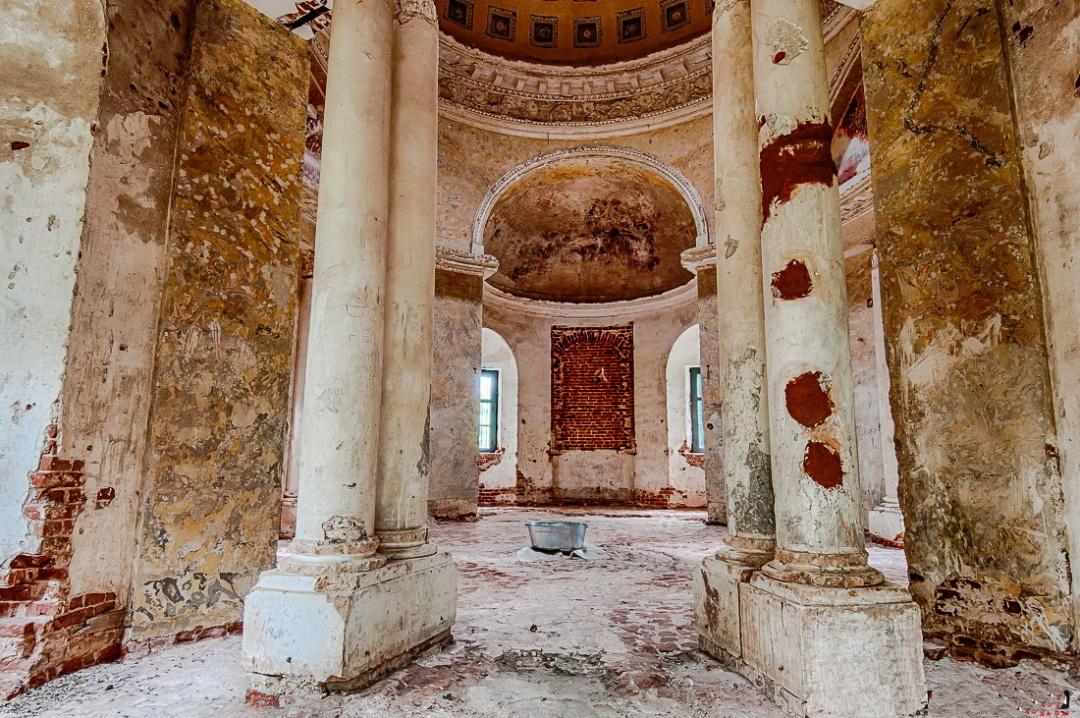 8-домова церква Воскресінні у маєтку Арпачеве, витончені здвоєні колони коринфського ордера в прольоті вхідної арки верхньої церкви нагадують інтер'єр церкви св. Констанції в Римі