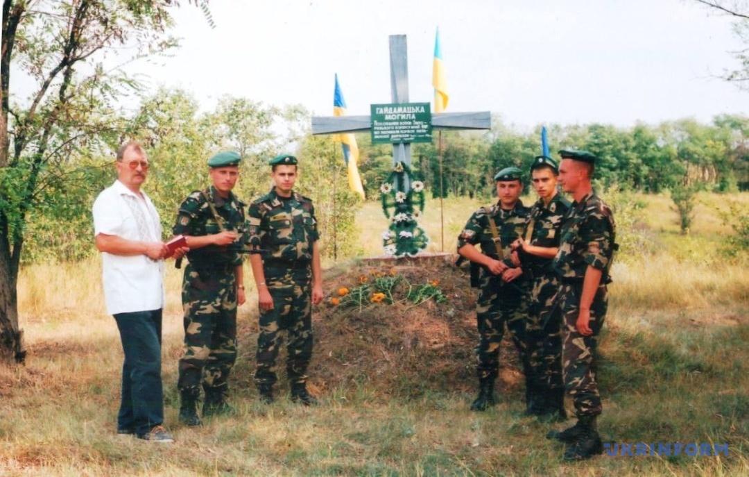 Василь Каплунов із прикордонниками біля попереднього Хреста