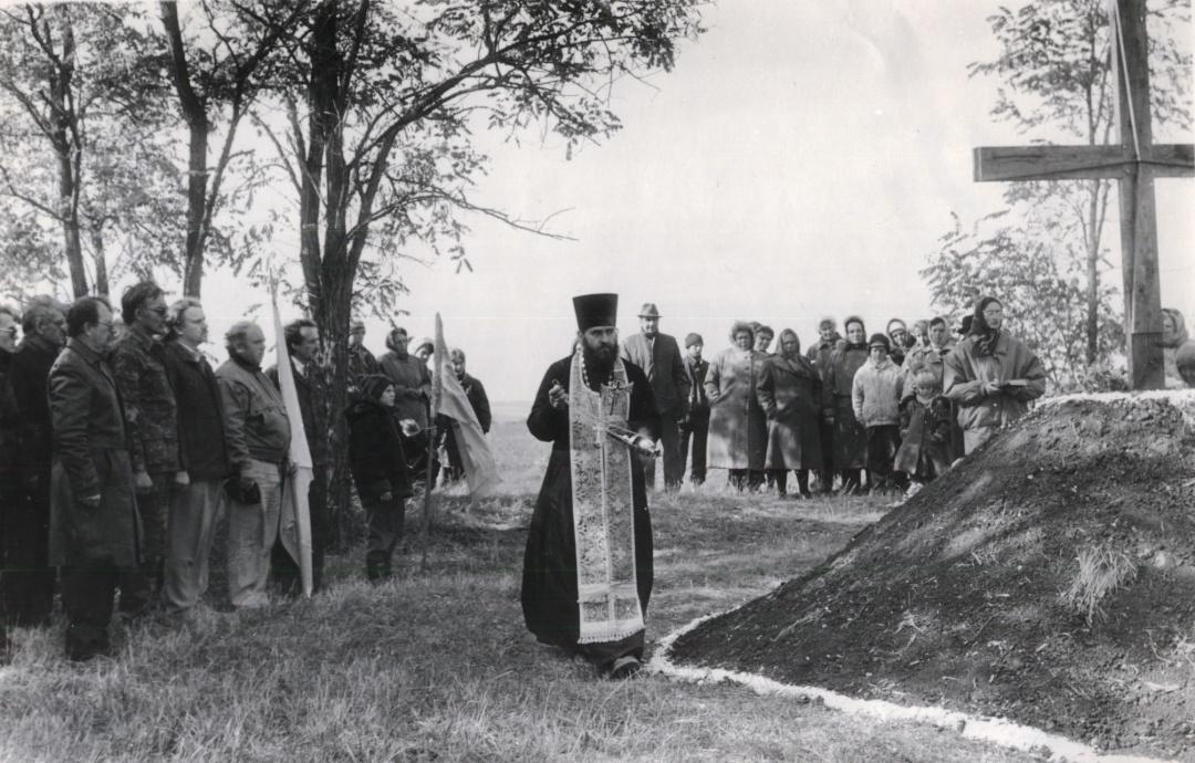 Освячення хреста на Гайдамацькій могилі. 4 жовтня 1998 року