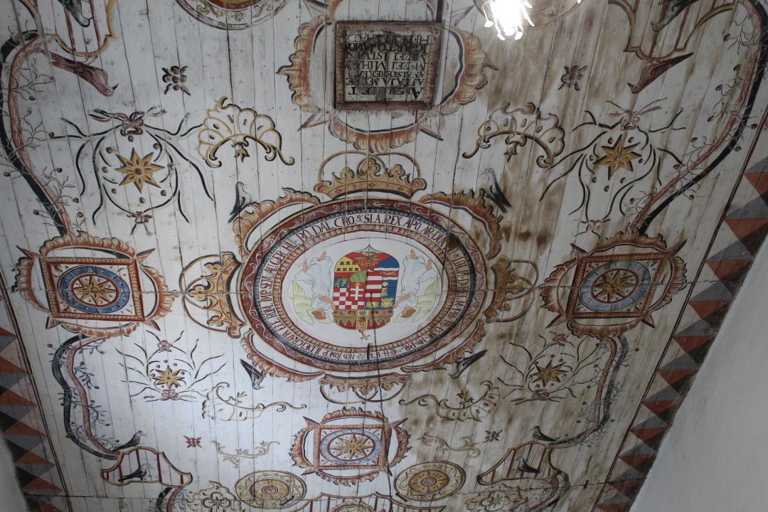 Вишково , Закарпаття : Руїни замку, буркут та унікальні фрески