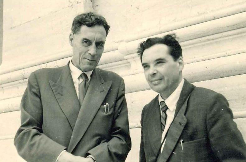 Дмитро Іваненко (справа) з англійським фізиком, лауреатом Нобелівської премії (1948) Патріком Блеккетом)