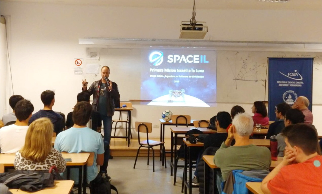 """волонтер-аргентинець Дієго Сайкін читає лекцію про місію """"Beresheet"""" 1"""
