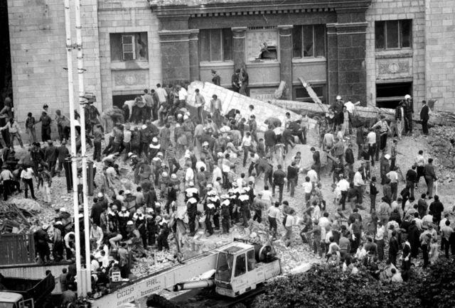 Центральний вхід Головпоштамту після обвалу колон. Київ. 1989 рік