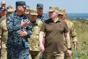 Хомчак ознакомился с ситуацией безопасности на острове Змеиный