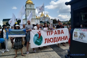 Без масок та дистанції: у Києві протестували через карантинні обмеження