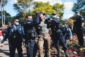 Во время протестов в Сиднее произошли столкновения с полицией