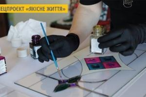 Візерунки на склі: мешканка Тернополя створює вітражі