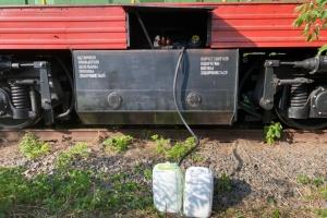 Працівники Укрзалізниці щомісяця «заробляли», зливаючи до 30 тонн пального