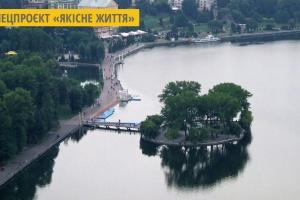 У Тернополі озеро очистили штучно заселені водорості