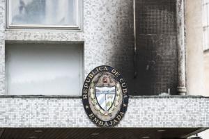 У посольство Куби в Парижі кинули три «коктейлі Молотова»