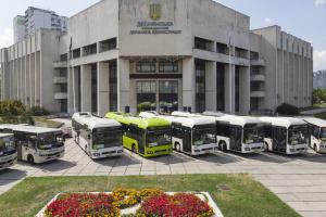 В Киеве показали новые автобусы с вежливыми водителями и комфортной температурой
