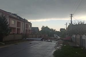 На Прикарпатті сильний вітер зривав дахи з будівель та валив дерева