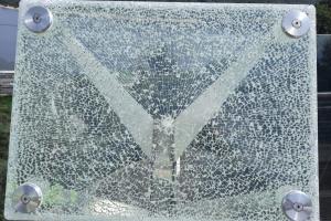 На «скляному» мості у столиці пошкодили інформаційні стенди