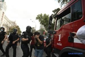 Поліція забирає у райвідділ учасників сутичок під ОП