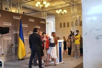 Une blogueuse attaque le président de la Commission parlementaire sur la politique humanitaire et de l'information dans les couloirs de la Verkhovna Rada