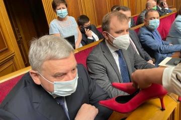 Le ministère de la Défense de l'Ukraine provoque un scandale en publiant les photos des femmes soldats en escarpins