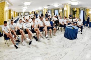 Zelensky habla con los jugadores de la selección ucraniana antes del partido contra Inglaterra