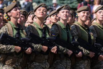 Nach Streit über Pumps bei Militärparade: Verteidigungsministerium kauft neue Schuhen für Soldatinnen