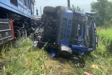 На Закарпатті потяг зіткнувся з фурою: троє постраждали, евакуювали понад 220 людей
