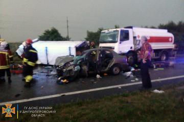 На Днепропетровщине столкнулись легковушки, микроавтобус и грузовик - есть погибший