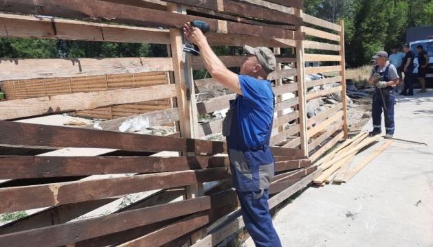 В Гидропарке демонтируют незаконный забор, закрывавший проход к Днепру