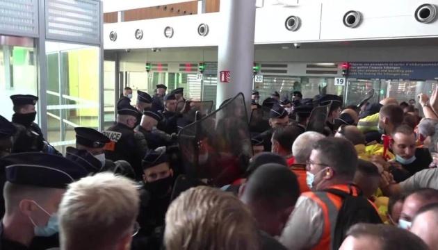 У Парижі страйкували працівники головних аеропортів
