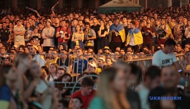 Тисячі фанів підтримали збірну в історичному матчі Євро