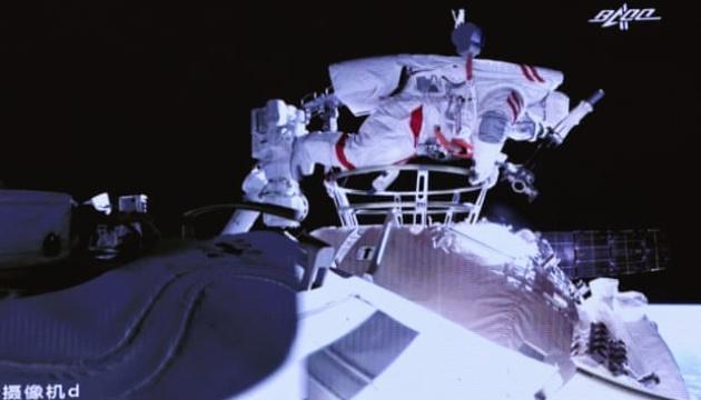 Тайконавти з нової станції «Тяньгун» вийшли у відкритий космос