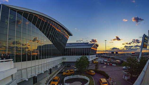 В аэропорту Нью-Йорка вода залила контрольную башню: отменены сотни рейсов