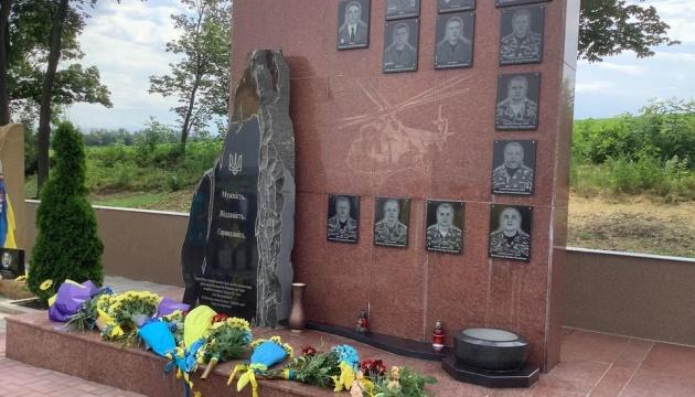 На Донеччині у сьому річницю звільнення міст від окупації РФ поклали квіти до меморіалу