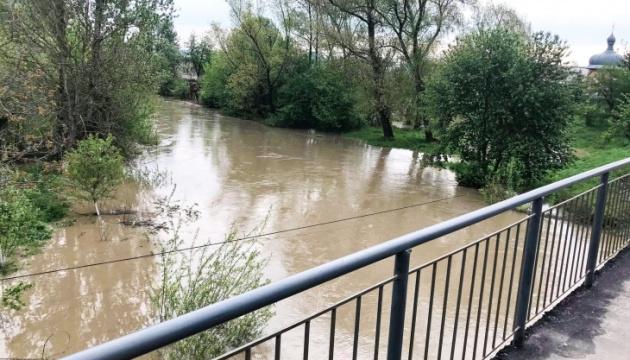 У Тисмениці після сильних дощів річка Ворона вийшла з берегів і затопила дорогу
