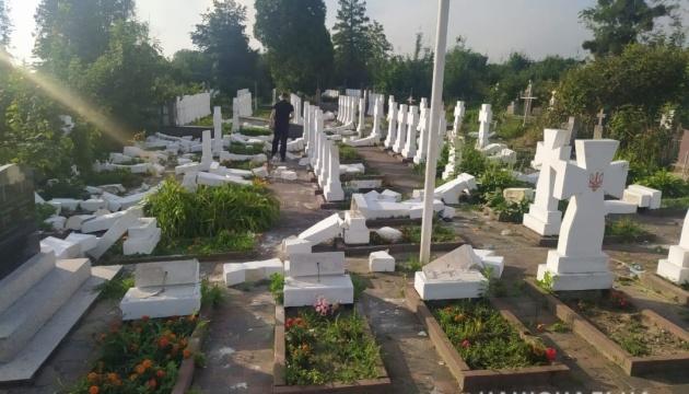 На Львовщине поймали вандала, который разбил 59 крестов на могилах сечевых стрельцов