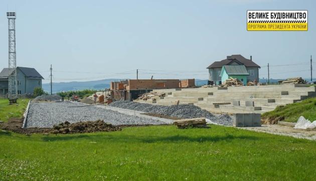 У селі на Буковині завершують будівництво нового стадіону на 400 місць