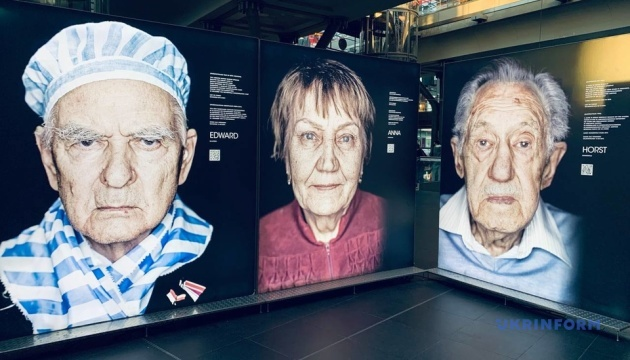 На вокзалі Берліна відкрили виставку портретів євреїв, які змогли пережити Голокост