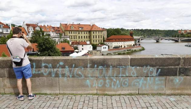 Карлов мост в Праге разрисовали несовершеннолетние - полиция