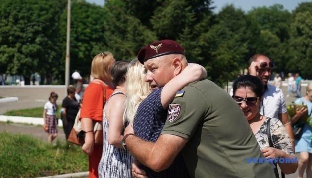 У Чернівцях із почестями зустріли військових, які повернулися з зони ООС