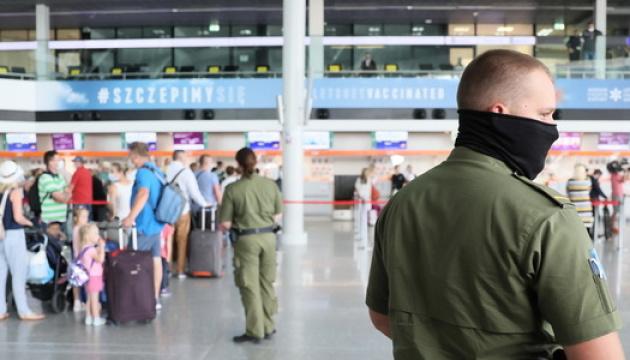 У Варшаві не пустили на літак естонського посла без маски - викликали охорону